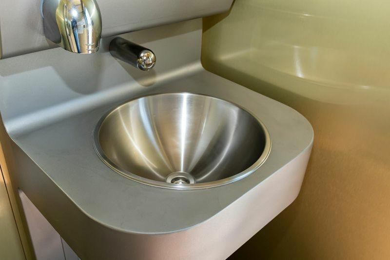 Nyilvános wc megújult kézmosó