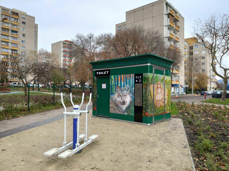 Játszótéri nyilvános WC-k dekorációja